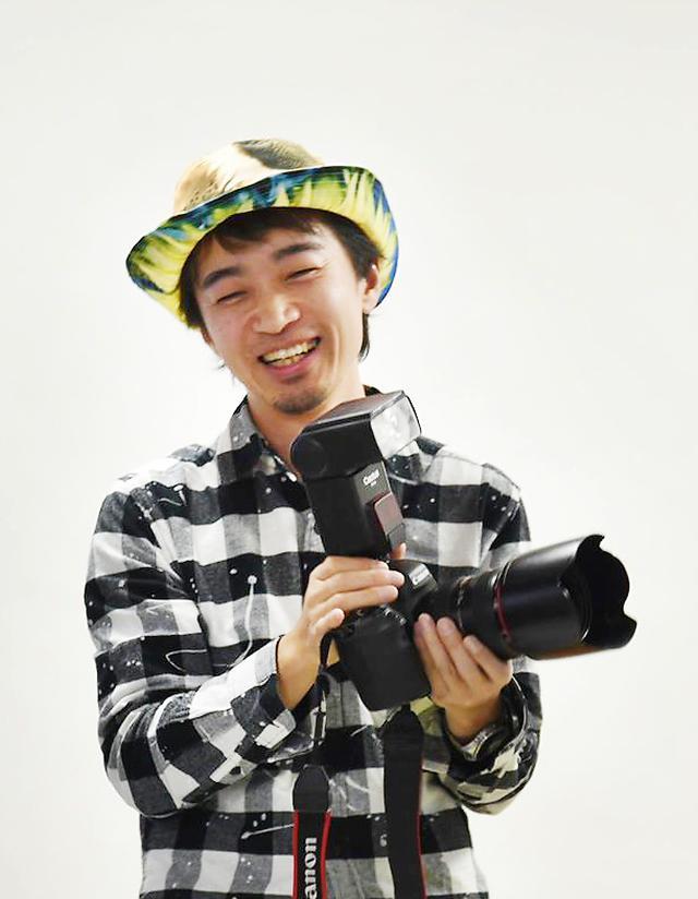 画像: 閃光フォトグラファー。長野県飯田市在住。印刷デザイン・写真スタジオ・ブライダル撮影を経験。現在はフリーで活動中。ストロボやLEDライトの閃光を活かし「閃光グラフィー」なる作風で日常と非日常の境を写真表現している。また作品に詩を載せてSNSで発表もしている。作品作りでのこだわりはワンシャッターのJPEG撮影。写真で「絵」を描くが口癖。撮影現場で感じた自分の世界観を大切に表現している。
