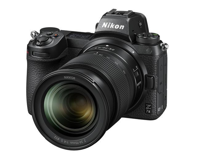 画像: ▲Z 24-70mmを装着したX 7II。デザインも前モデルから変わっている。