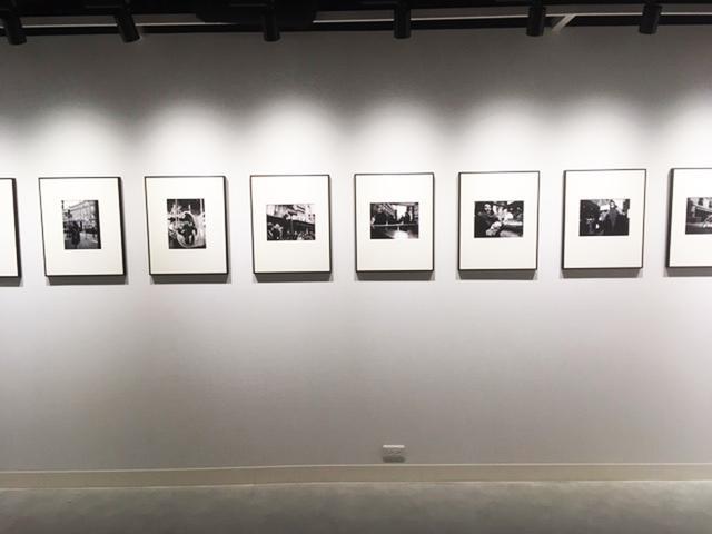 画像: コムロミホ『The Decisive Moment~決定的瞬間』。一期一会、決定的瞬間に溢れるパリ市街地でのスナップです。