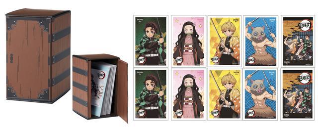 画像: 「炭治郎チェキBOX」「禰豆子チェキBOX」共通で背負い箱型チェキプリント収納ケース、チェキプリント収納スリーブ(5デザイン×各2枚)が同梱される。