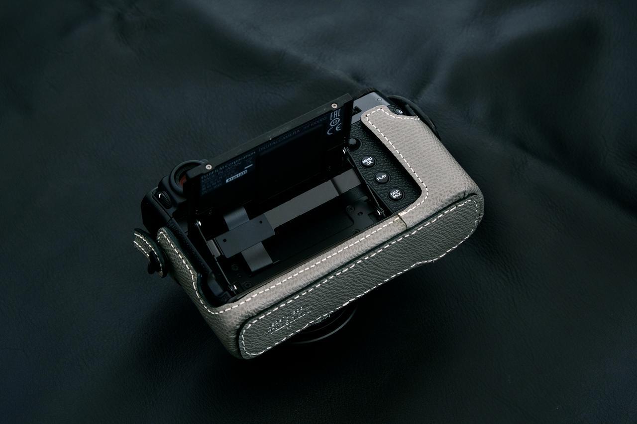 画像4: INDUSTRIAは富士フイルム「X100V」専用の本革製ケースの新色(ブラック)を販売開始!