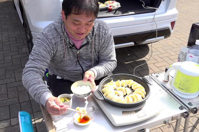画像: 動画収録なのだが、カメラを回す前に餃子を食べ始める助川氏。 食も愛してやまないのだ。