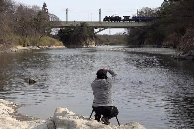 画像: 鬼怒川の鉄橋を渡るSL大樹を岩場から撮影。「絶対に押すなよ!」と背中に書いてあるとかないとか。