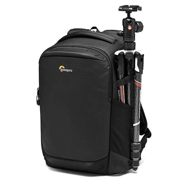 画像: フリップサイド 400 AW Ⅲブラック(三脚は付属しない)。バッグの表地にはPU コーティングを施した素材を採用し、防水性を高めている。