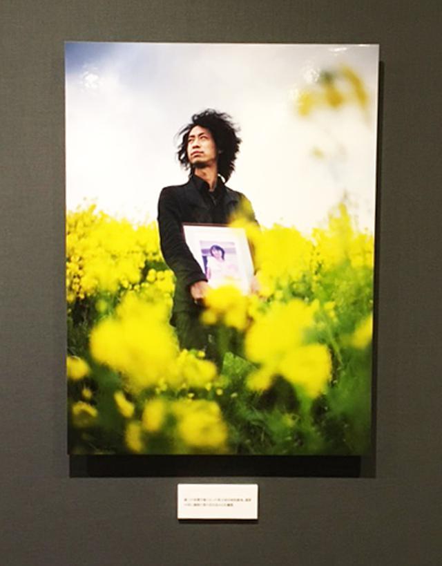 """画像: 安田菜津紀写真展『照らす』。""""生きた証を遺すこと""""。10年前の3.11。津波に流された6歳男児の靴、涙が出ます。"""