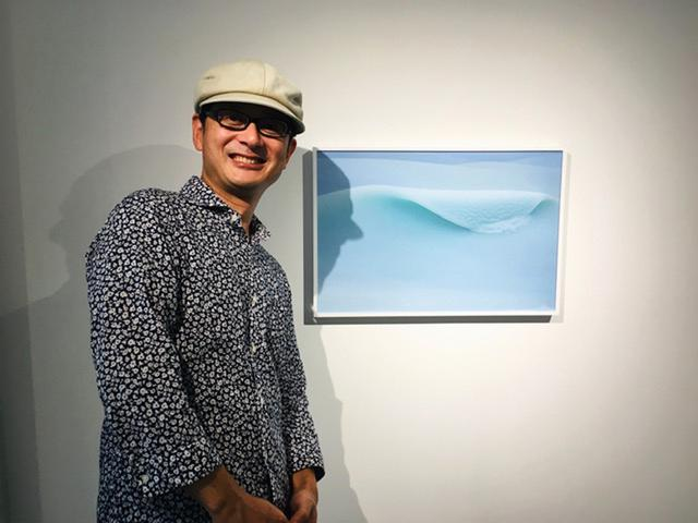 画像1: GOTO AKI写真展『event horizon -事象の地平線-』。一流の商社勤めを辞めてフリーランスとなった変わり種写真家のGOTO AKIさん。