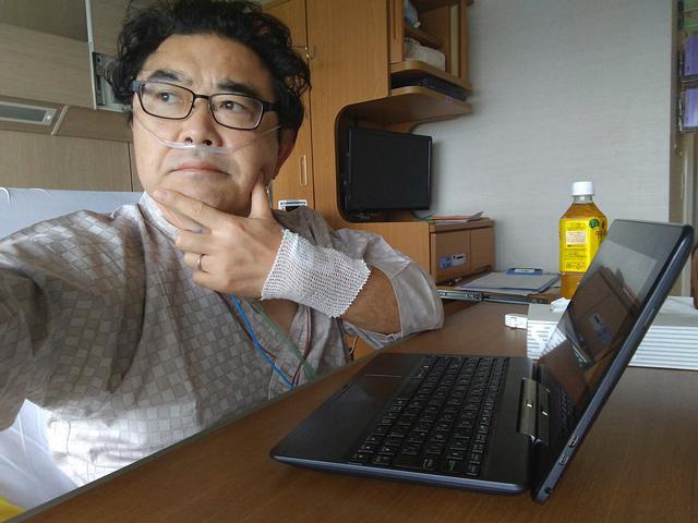 画像: 入院4日目にして調子こく筆者。鼻の酸素ホースはまあせっかく病院来てるんだから的につけてもらってる。ホント酸素でてんのかな?