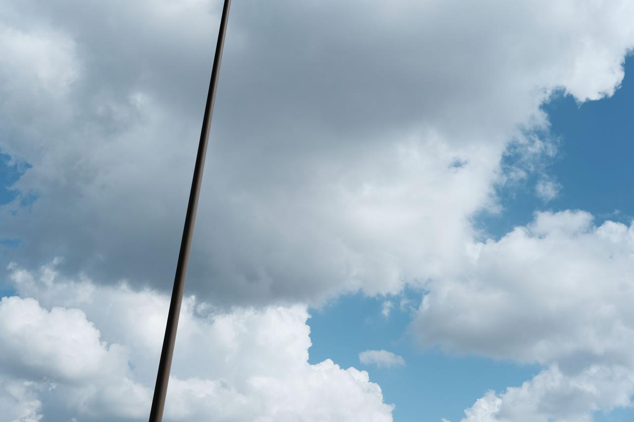 画像: 植田調を意識してみました。F4.0まで絞るとカリカリになるんだけど、まだピントが浅いので少し絞ってます。空と街灯の支柱っていう何てことない景色だけど素晴らしい再現に我ながらウットリ。個人的にこれはヤバいと思った1枚。 ■絞り優先AE(F5.0 1/3200秒) プラス0.3露出補正 WB:オート ISO400 DR200 ※フィルムシミュレーション:クラシッククローム