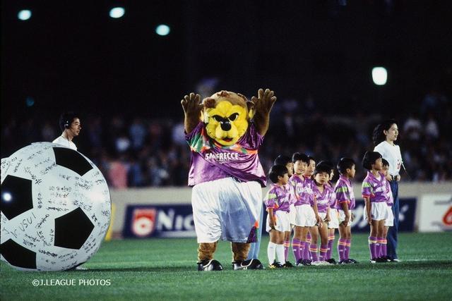 画像: Jリーグ開幕当時の1993年。第1形態のサンチェは今の愛くるしい風貌とは似ても似つかない