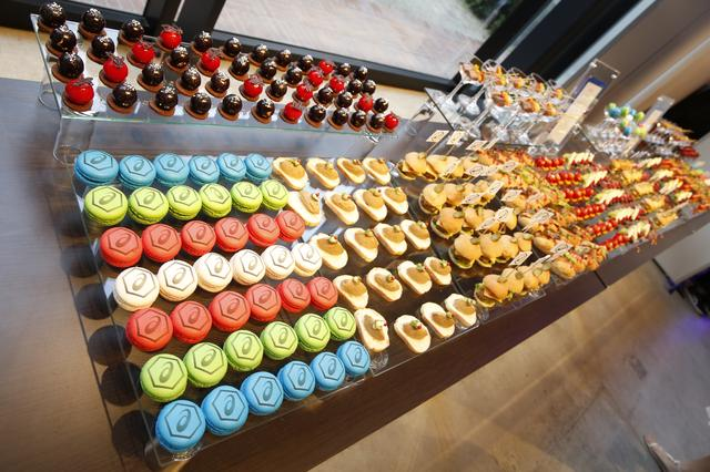 画像: 会場の端にはオシャレなフード&デザートが並ぶ
