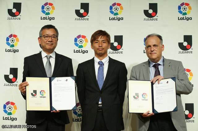 画像: 調印式に出席したJリーグの村井満チェアマン(左)と、ラ・リーガのハビエル・テバス会長(右)。エイバル所属の乾貴士(中央)もフォトセッションに加わった
