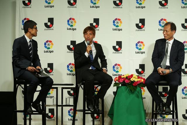 画像: トークセッションでは小澤一郎氏(左)が司会を務め、乾(中央)と原博実Jリーグ副理事長(右)がラ・リーガについて語り合った