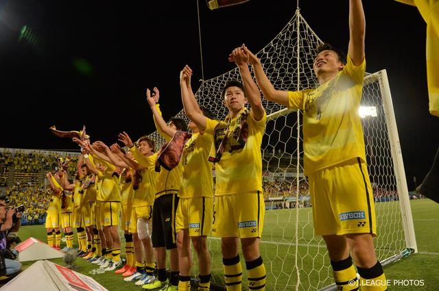 画像: to14節浦和戦に勝利し(○1-0)、8連勝を飾った柏イレブン。サポーターと喜びを分かち合う