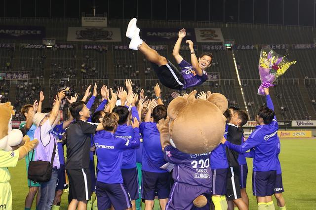 画像: 広島の選手、スタッフによる胴上げで宙を舞う塩谷。