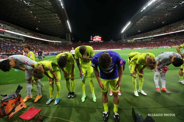 画像: 試合後、サポーターに挨拶する選手たち。内容は悪くなかったが、勝ちきれず広島はリーグ戦4連敗を喫した