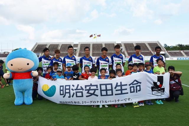画像: 明治安田生命はJクラブと協力して全国各地で小学生向けのサッカー教室を展開中