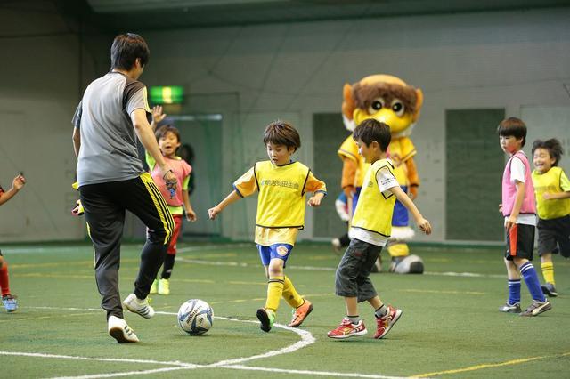 画像: サッカー教室ではJクラブのアカデミー指導者やスクールコーチが子どもたちを指導。ときにはJリーグのOB選手や現役選手がゲスト参加することも