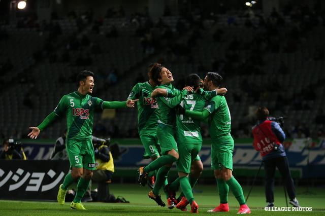 画像: 試合終了直前に勝ち越しに成功した東京V。5位となりプレーオフ進出を決めた