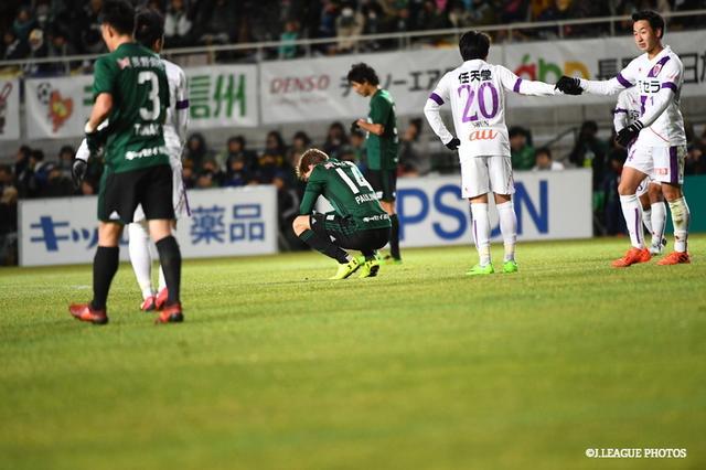 画像: ゴールが遠く、京都に敗れた松本。試合終了直後、パウリーニョはピッチにしゃがみこんだ
