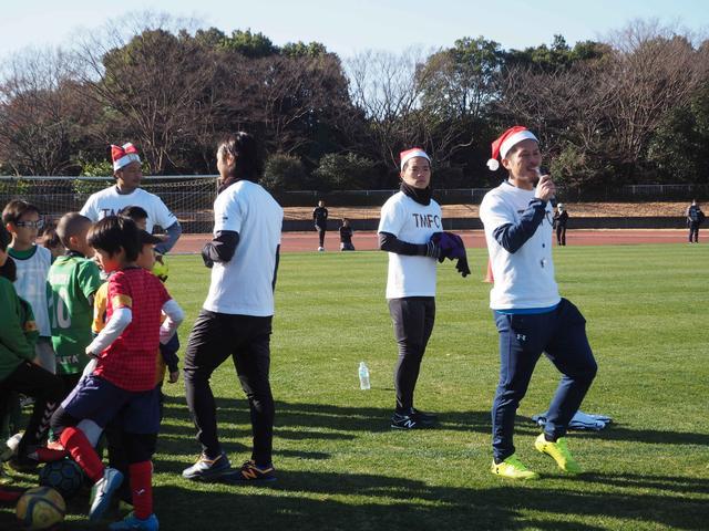 画像: 今回の教室を主催した田村(右)。最高のプレゼントを子どもたちに贈った