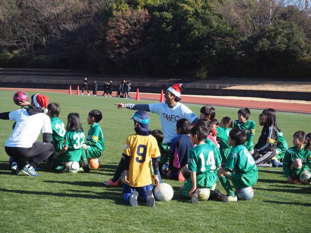 画像: とにかく笑顔絶えなかったサッカー教室。鹿島の柳沢コーチもサッカー教室を盛り上げていた