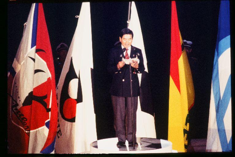 画像: 川渕三郎チェアマンの開会宣言の後、ヴェルディ川崎(現東京ヴェルディ)対横浜マリノス(現横浜F・マリノス)の試合が行なわれた
