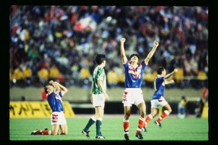 画像: 記念すべき開幕戦に勝ったのは横浜マリノス。試合終了の笛が鳴ると井原は両手を天に突き上げた