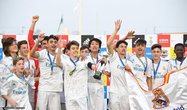画像: ピピこと中井卓大(中央)ら、喜ぶレアル・マドリード・カデーテBの選手たち