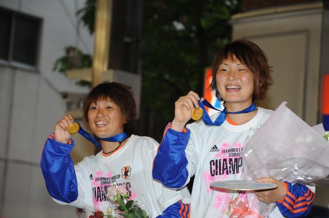 画像: 2011年女子ワールドカップドイツ大会で世界の頂点に立ったなでしこジャパン。アルビレックス新潟レディースからは上尾野辺めぐみ(左)と阪口夢穂(右)が優勝メンバーに名を連ねていた