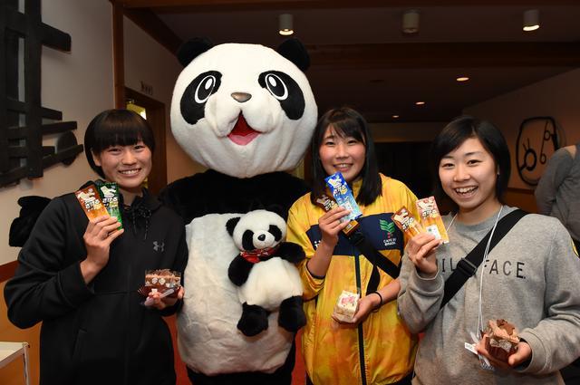 画像: 歓迎会では、雪印メグミルクの「さけるチーズ」などが参加者にふるまわれた