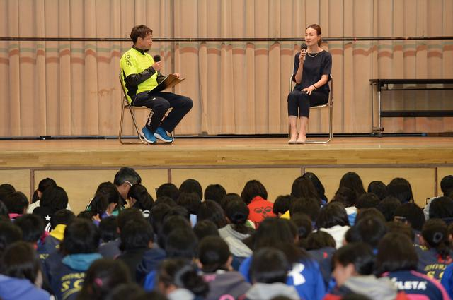 画像: 元なでしこジャパン・宮本ともみさんのトークショー。宮本さんはレディース大会にも参加した経験がある