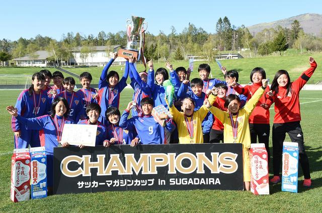 画像: 菅平の春の女王の証である「雪印メグミルクカップ」を掲げるJAPANサッカーカレッジレディース ブルーのメンバー