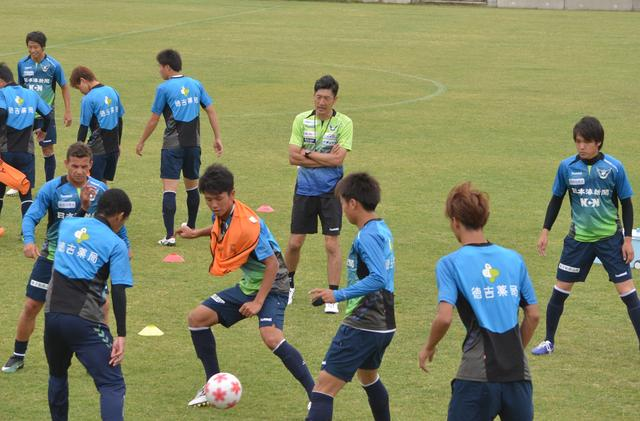 画像: 須藤新監督は4日から練習の指揮を執っている
