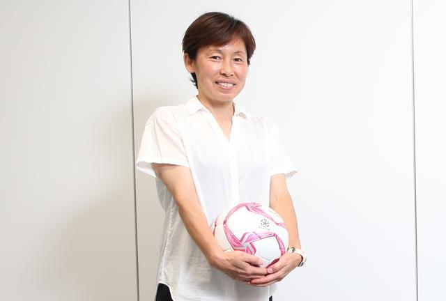 画像: なでしこリーグの前身、日本女子サッカーリーグの開幕から現在までレフェリーとして携わる吉澤さん。女性審判の間では「レジェンド」と呼ばれ、尊敬されている