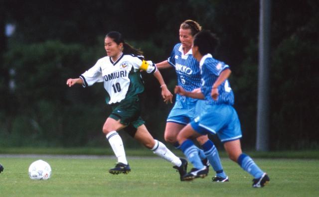 画像: 吉澤さんが最も印象に残っている試合だという、1998年のリーグ戦。当時、澤穂希はまだ19歳ながらキャプテンマークを巻く。この翌年、なでしこリーグを離れ、アメリカの女子リーグに挑戦することになる