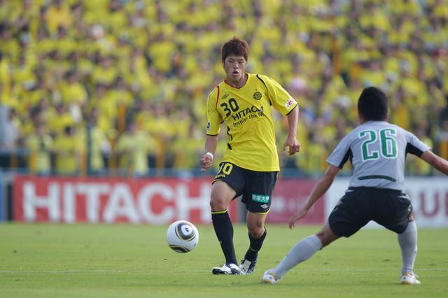 """画像: 2010年、柏でプロ2シーズン目を迎えた酒井宏樹はJ2で9試合に出場。その後のクラブワールドカップ出場や海外移籍、ワールドカップ出場いった、""""世界""""へ羽ばたくきっかけとなるシーズンだった"""