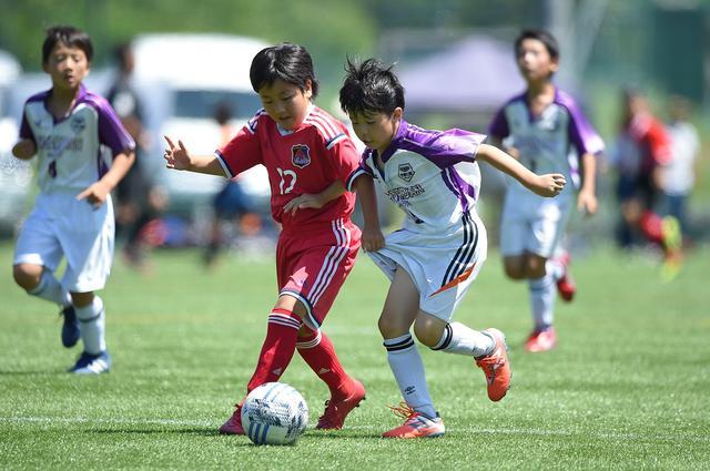 画像: 激しくボールを奪い合う選手たち