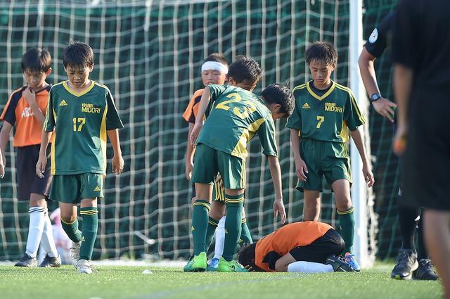 画像: 決勝トーナメント2回戦、小金井緑FCとFCアビリスタ ホワイトの戦いは、試合終了直前の決勝点で小金井緑が勝利。泣き崩れるFCアビリスタに小金井緑が声を掛け、主審からはグリーンカードが出された