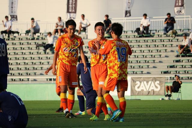 画像: 試合終了後、値千金の決勝点を決めた山崎⑲をチームメイトが祝福 写真◎サッカーマガジン