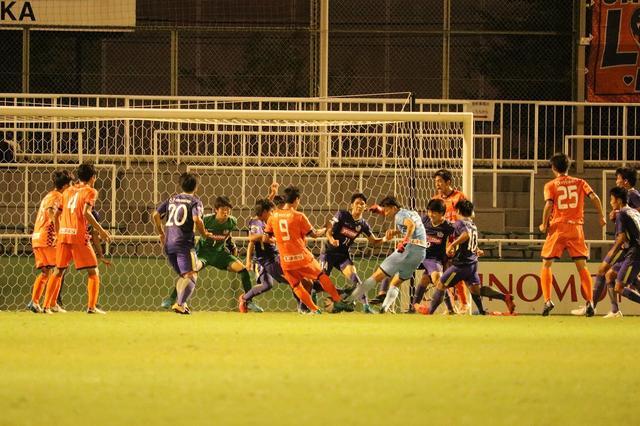 画像: 90+4分に大宮ユースのGK村田が劇的な同点ゴールを挙げる 写真◎サッカーマガジン