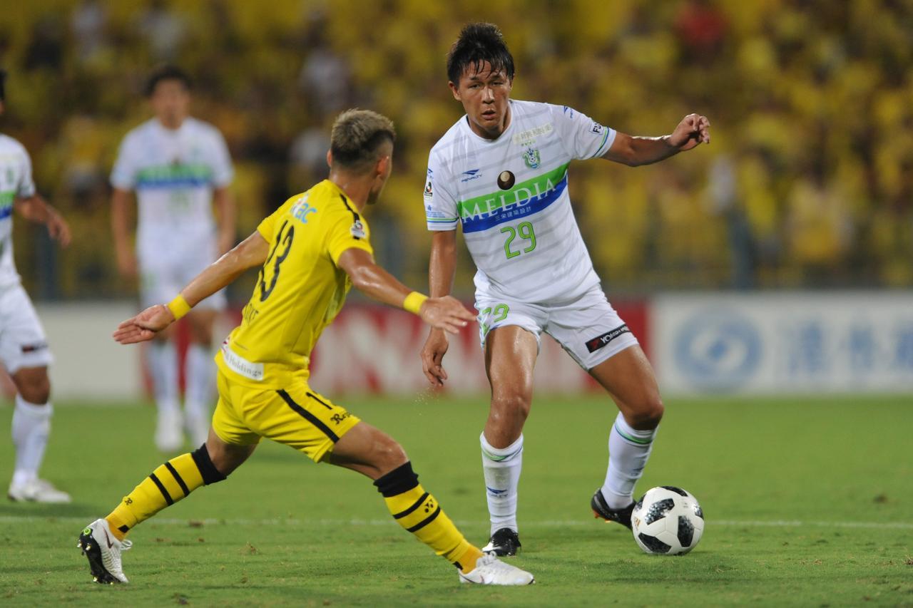 Images : 1番目の画像 - 湘南では左アウトサイドとセンターバックをこなし、存在感を際立たせている 写真◎Getty Images - サッカーマガジンWEB