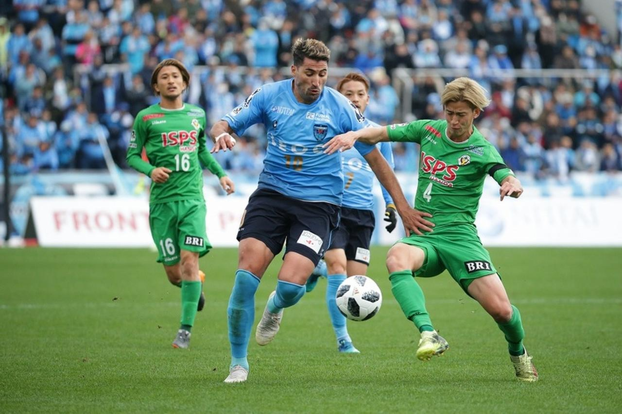 Images : 1番目の画像 - 激しい攻防が繰り広げられた横浜FC対東京V(写真◎J.LEAGUE PHOTOS) - サッカーマガジンWEB