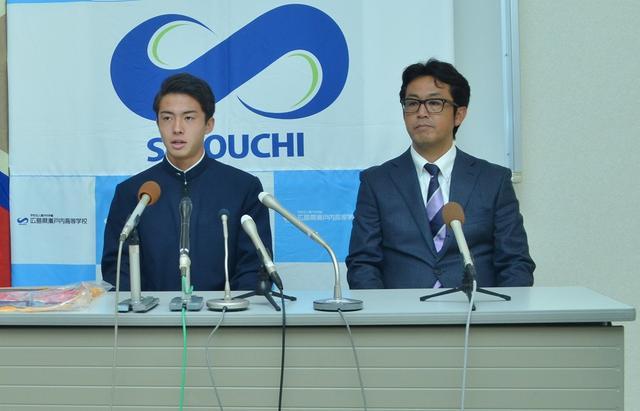 画像: 2016年9月、鹿島加入会見に臨む安部。右は瀬戸内高の安藤監督