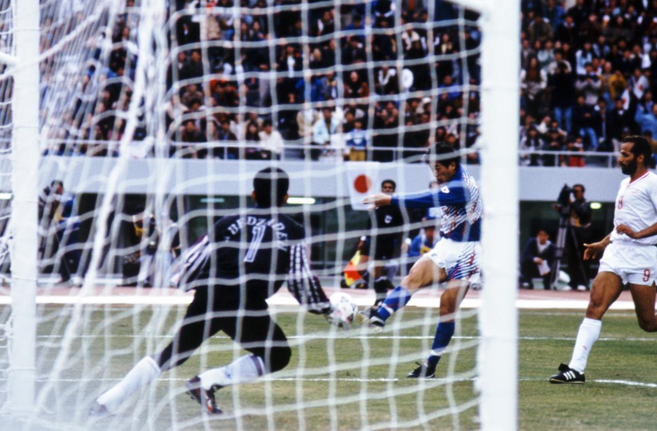 画像: イラン戦で決勝ゴールを決めるカズ。先にGKが動いたため、ニアサイドを抜けた。「魂込めました」も日本サッカー史に残る名言だ(写真◎BBM)