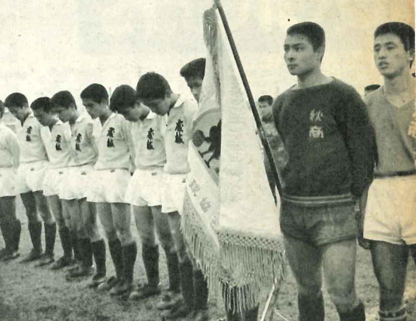 画像: 右から2人目が外山純氏。1967年1月に2度目の優勝を果たしたチームの主将を務めた(写真◎BBM)