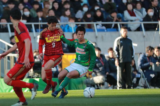 画像: 青森山田の天笠は長短のパスでゲームをコントロールし、全3ゴールに絡んだ(写真◎福地和男)