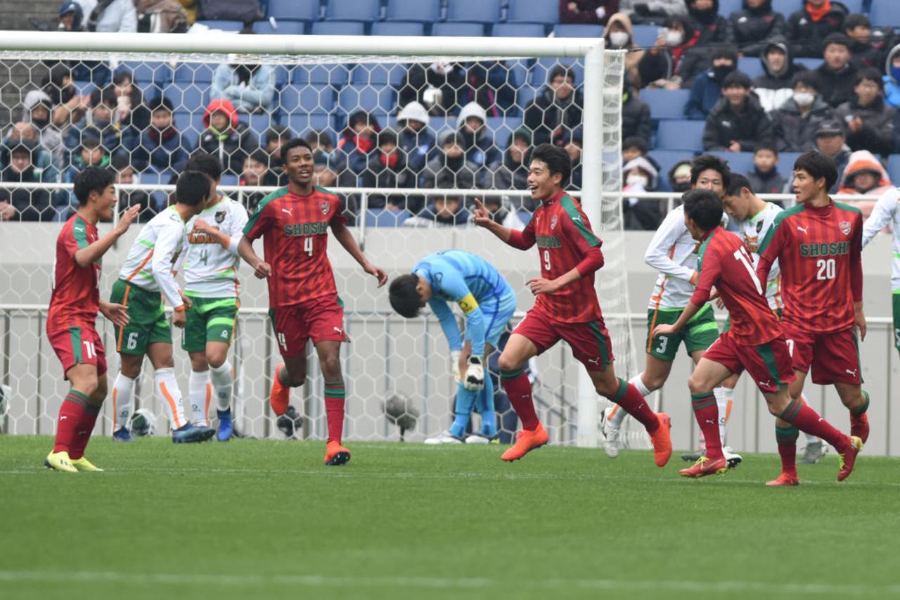 画像: 準決勝で優勝する青森山田からハットトリックを達成した染野唯月(写真◎Getty Images)