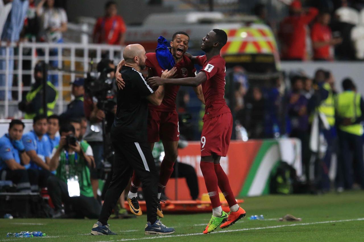 Images : 5番目の画像 - 試合後は明暗くっきり。カタールは初の決勝進出を決め、UAEは96年以来の決勝進出を果たせなかった(写真◎福地和男) - サッカーマガジンWEB