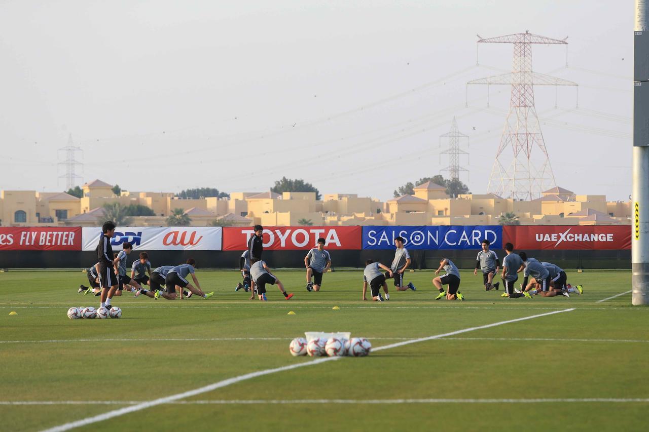 Images : 3番目の画像 - UAE入り直後にも使ったアブダビのトレーニング施設で練習する日本代表(写真◎福地和男) - サッカーマガジンWEB