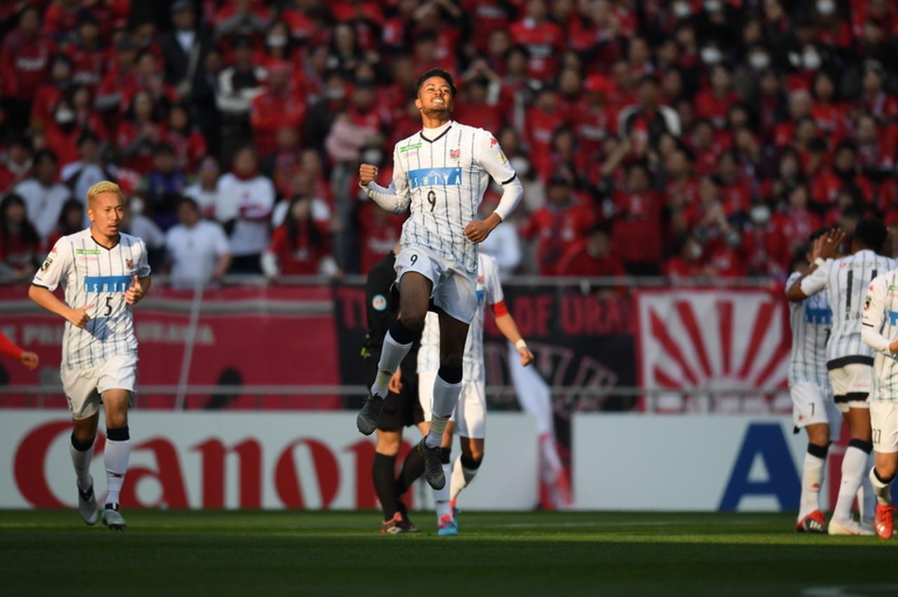 Images : 1番目の画像 - 今季の新戦力、鈴木武蔵の2発で札幌は浦和に快勝した(写真◎J.LEAGUE) - ベースボール・マガジン社WEB